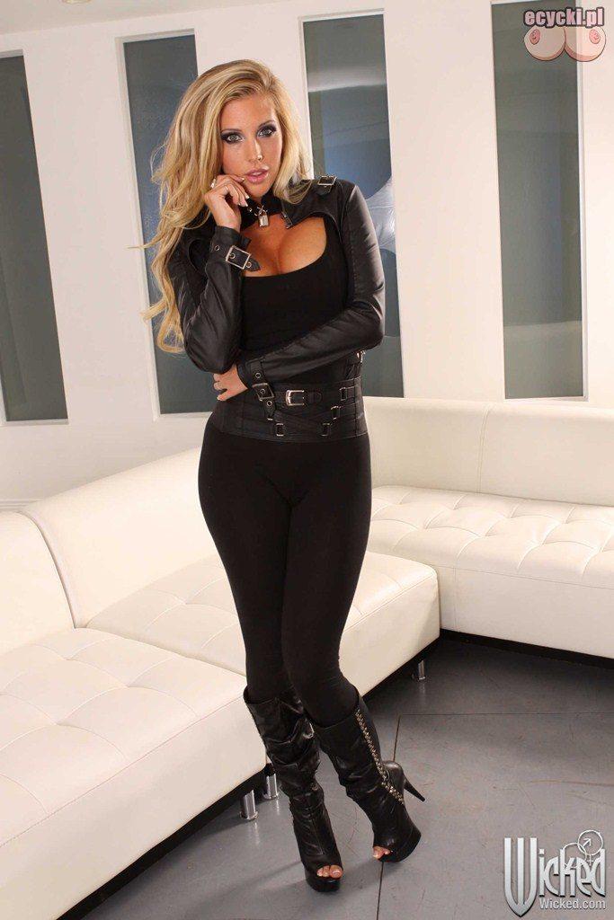 3. piekna ponetna zgrabna szczupla blondynka - czarny obcisly seksi stroj - sexy kostium podkresla biust - uwydatnia piersi - sliczna dziewczyna fotki
