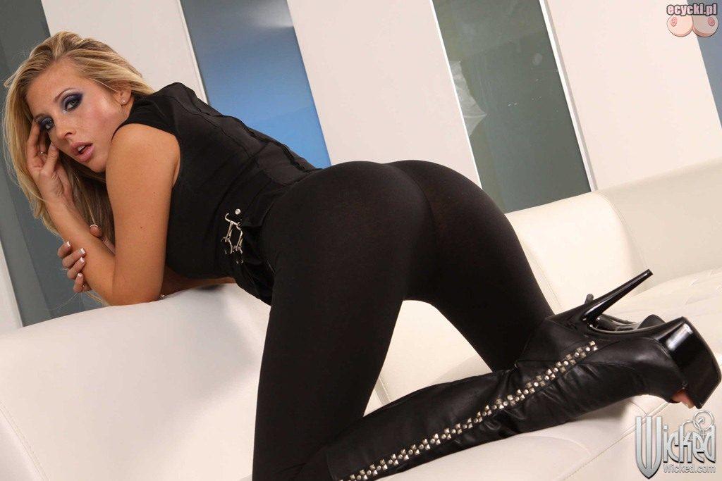 8. pupa w obcislych leginsach - zgrabny damski tyleczek w obcislych sexy spodniach - wypiete posladki piekna dziewczyna