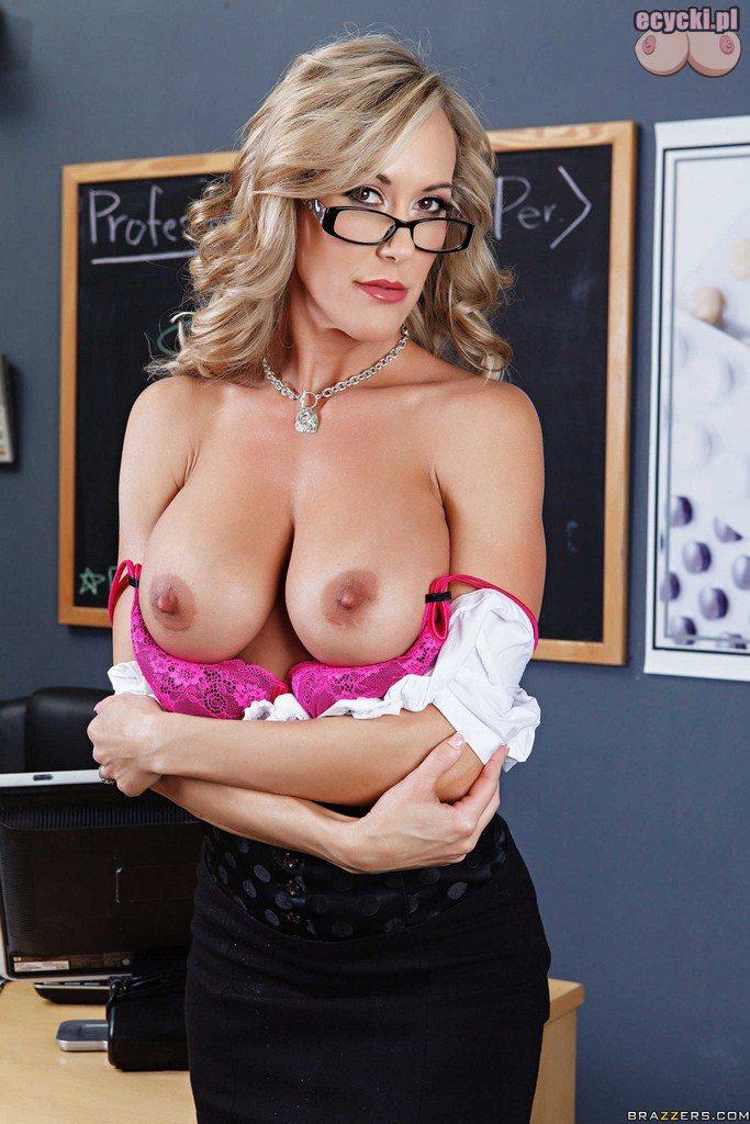 5. cycki nauczycielki - dojrzala nauczycielka pokazuje duze nagie cycki - jedrne piersi na lekcji w szkole