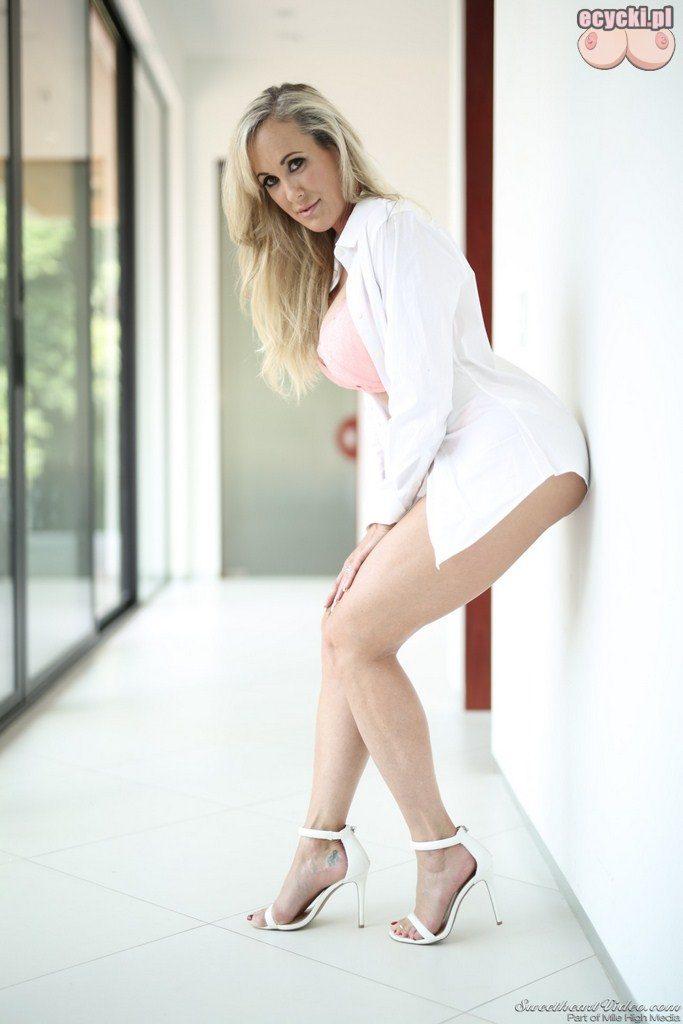 6. dojrzala uwodzicielska kobieta robi striptiz - seksowna zona pokazuje wdzieki