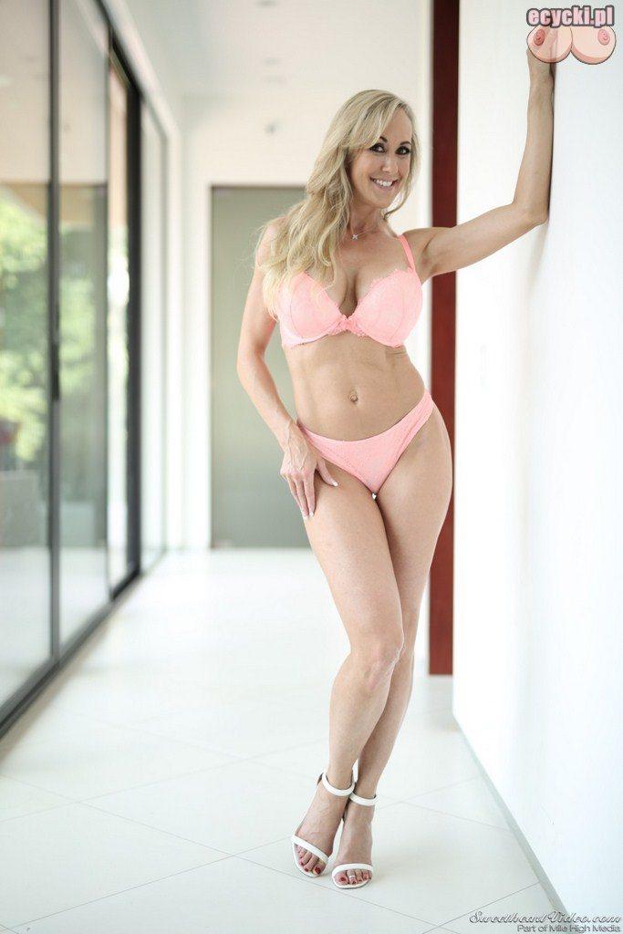 8. Brandi Love dojrzala uwodzicielska kobieta robi striptiz - seksowna zona pokazuje wdzieki w bieliznie - duze piersi zgrabna figura