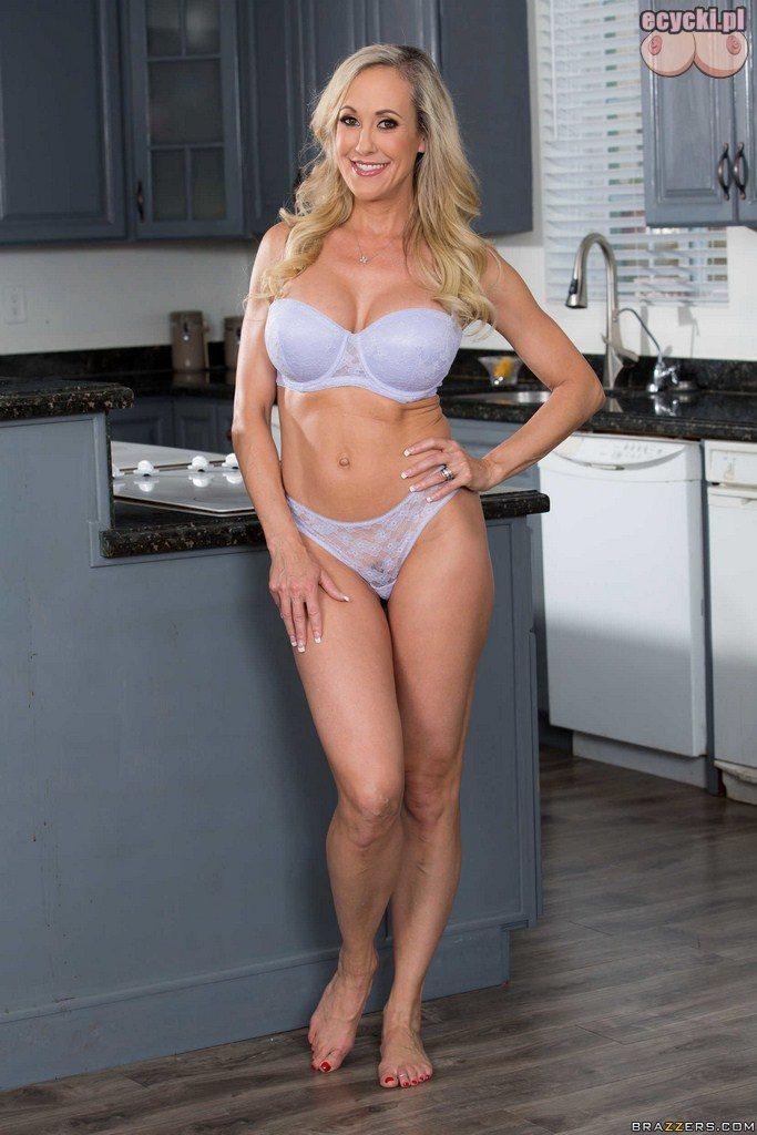 1. Sexy mamuska Brandi Love w kuchni - dojrzala kobieta pozuje w samej bieliznie - zgrabna dorodna mama robi sniadanie