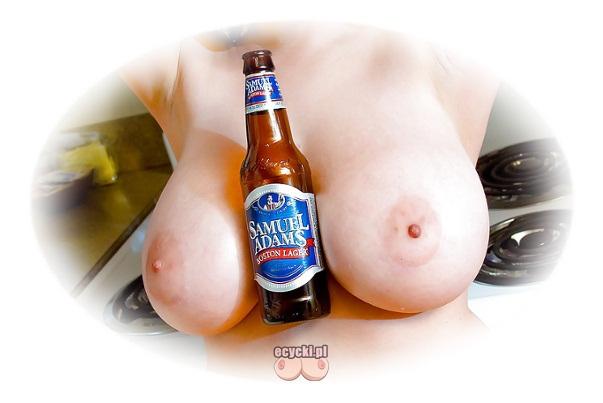 cycki i piwo - butelka piwa miedzy wielkimi cycami - piersi trzymajace butelke z piwem dla facetow - ecycki najlepsze zdjecia cyckow