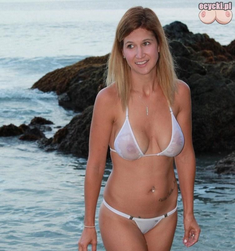 1. mamuski w bikini - zgrabna sekswona dojrzala kobieta w białym przeswitujacym stroju kapielowym na plazy - zdjecia - goraca mama - ecycki