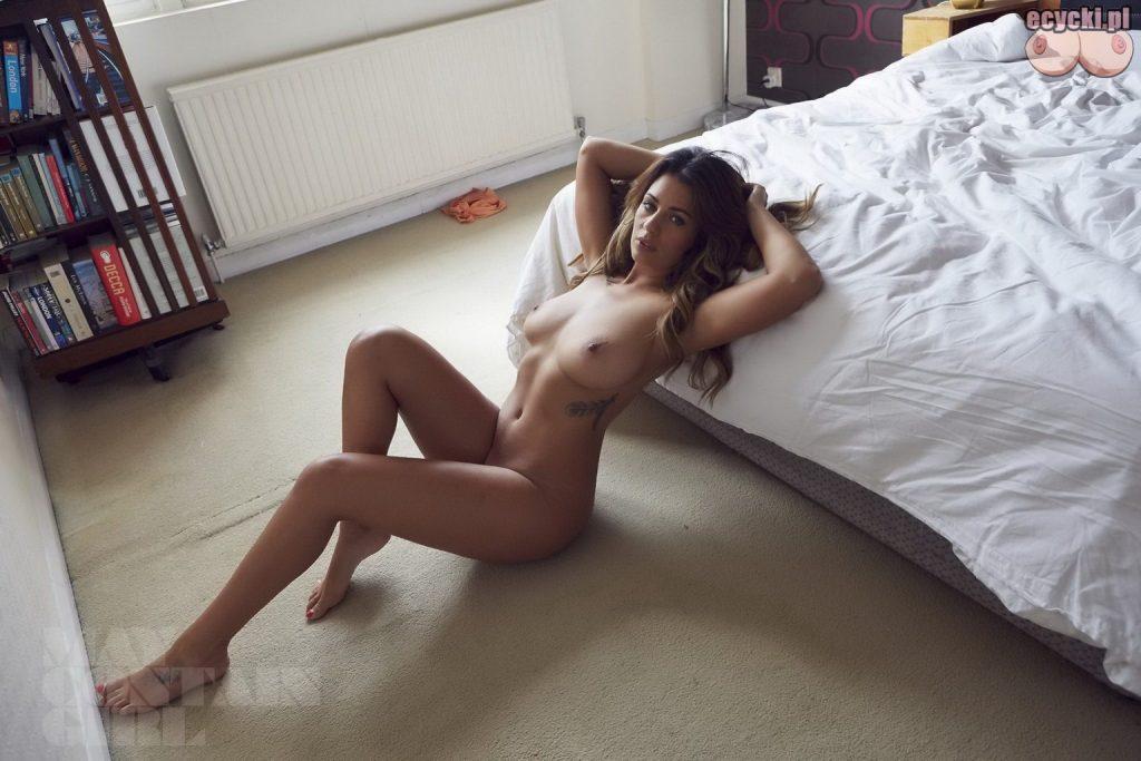 10. Holly Peers nago - piekna modelka nagie zdjecia w sypialni - uwodzicielska dziewczyna z duzym biustem - ecycki