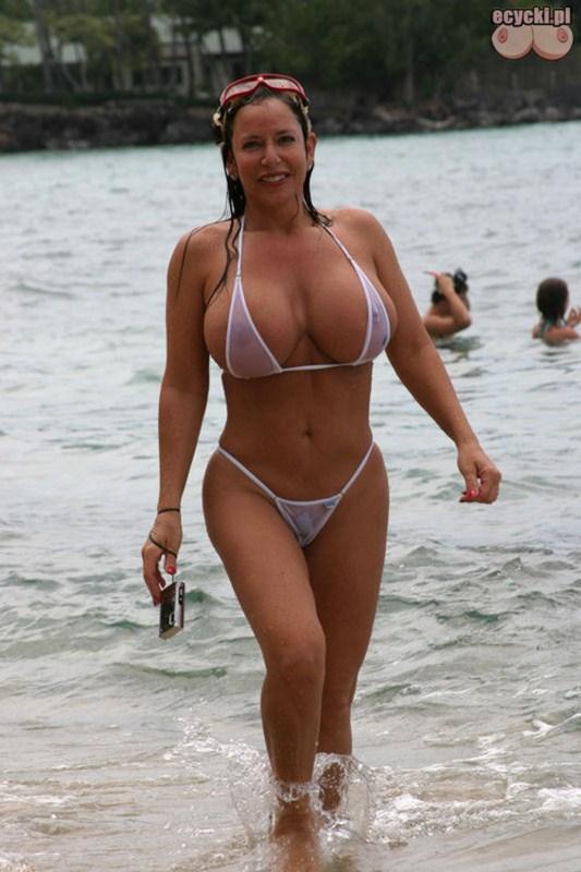 2. cycta mamuska z ogromnym biustem w skapym bikini na plazy - seksi mama - ecycki