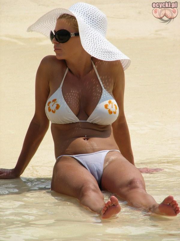 5. mamuski w bikini - goraca seksowna kobieta opala sie na plazy - duze piersi biust - bialy stroj kapielowy zdjecia - seksi mama