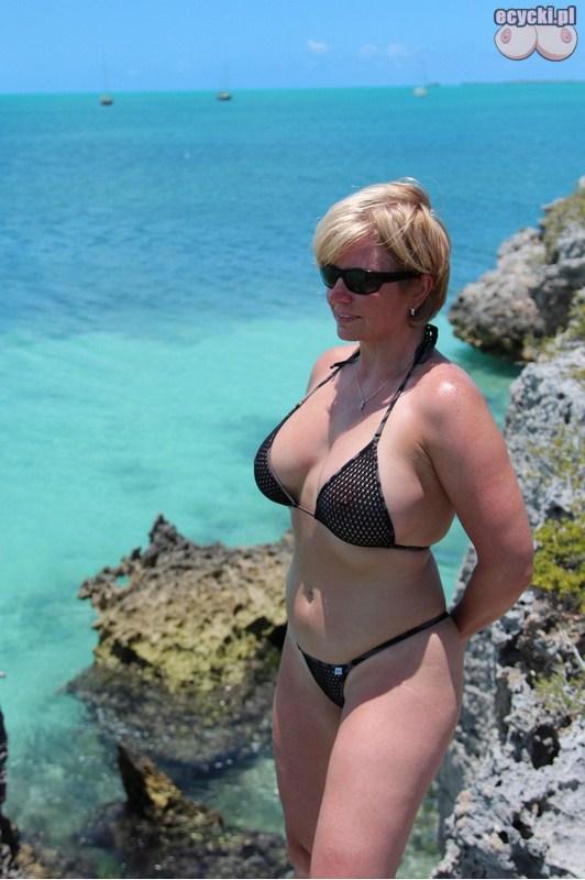 6. cycata mamuska w bikini nad morzem