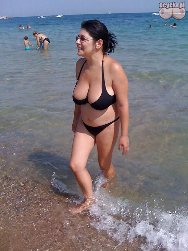 7. cycata mama w bikini nad baltykiem