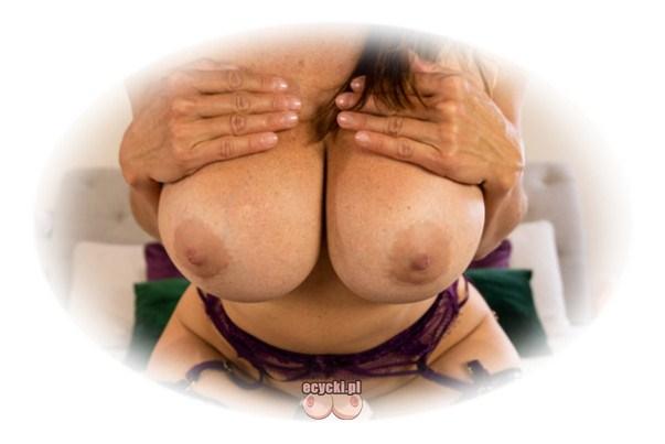 dojrzale cyce - wielki jedrny biust dojrzalej mamuski - gorace piersi MILF - seksowne scisniete cycki - hot big tits mature - ecycki najlepsze zdjecia