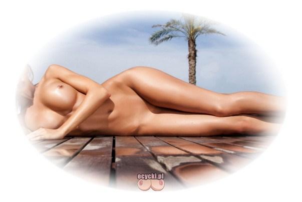 nagie opalanie - cycki pod palma - kobieta lezaca pod palma opala sie na wakacjach - smukla laseczka z duzym biustem i dlugimi nogami - ecycki blog