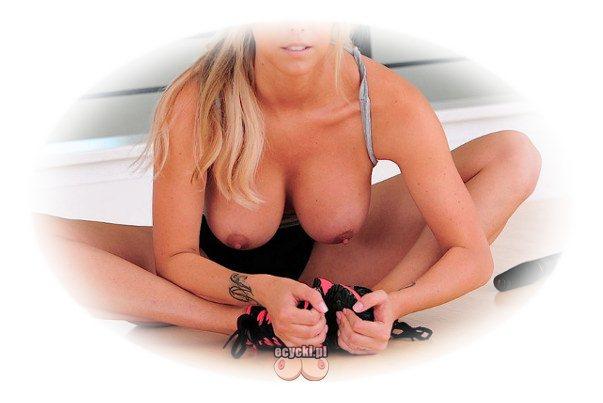 sportowe cycki - seksowna dziewczyna trenuje piersi - zgrabna sportowa laska z nagim biustem cwiczenia rozciagajace rozgrzewka - ecycki blog