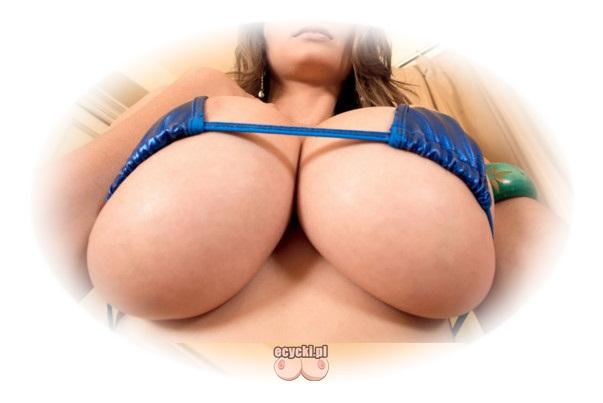 cyce w bikini - wielkie naturalne piersi w skapym stroju kapielowym - wystajacy biust - wystajace piersi - ecycki blog najlepsze zdjecia