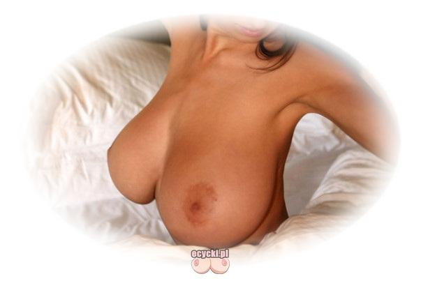 cycki w poscieli - wielkie gole cyce w lozku - obfite piersi nago po przebudzeniu - cycata mamuska w sypialni - ecycki blog zdjecia