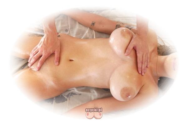 masaz erotyczny - naga kobieta daje masowac wszystkie czesci swojego ciala - nagi masaz miejsc intymnych - duze piersi piekne cialo - ecycki blog najlepsze zdjecia