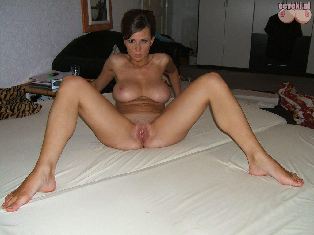 14. cycata zona nago na lozku w sypialni - amatorskie zdjecia erotyczne - naturalna naga kobieta odslania wszystko