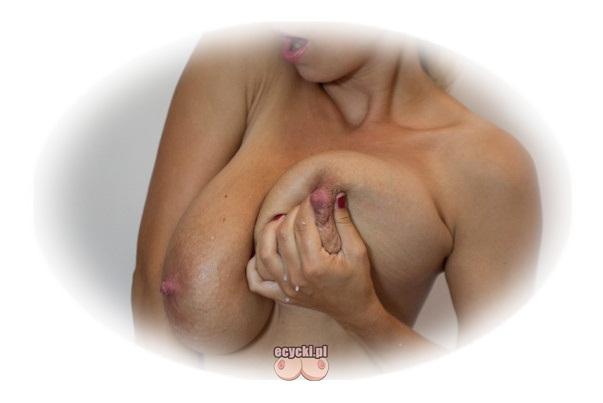 mleczne piersi - wyciskanie mleka z kobiecych piesi - mleko matki - wielkie naturalne cycki i sciskanie sutka - cycata mleczna mamuska - ecycki blog
