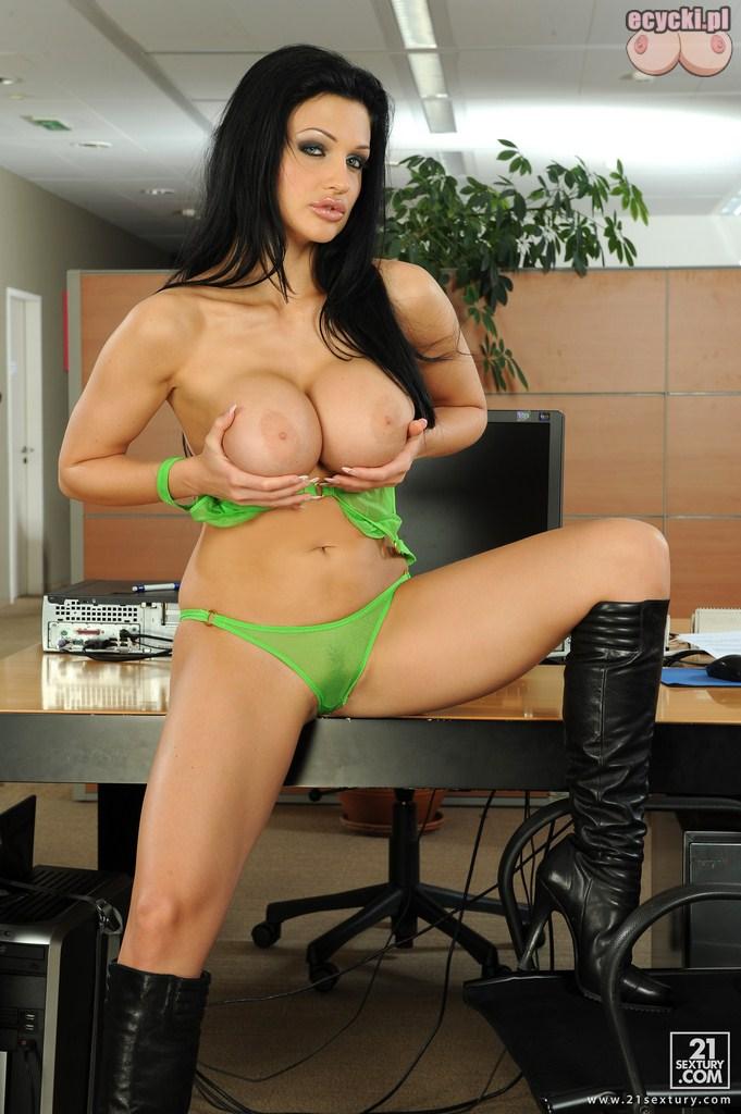 13. sekretarka bawi sie cyckami - seksowna brunetka czaruje w pracy - seks fotki - ecycki blog erotyczny