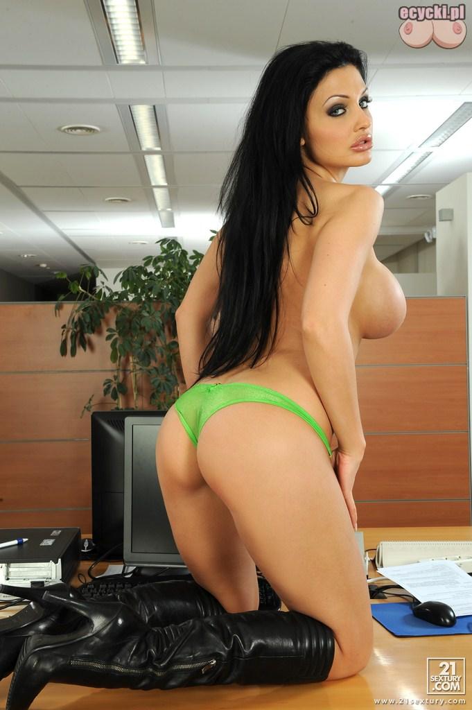 15. cycata sekretarka kleczy na biurku goracy striptiz w pracy duze piersi jedrne posladki idealna dupeczka - Aletta Ocean seksowna sekretarka w rozbieranej galerii: