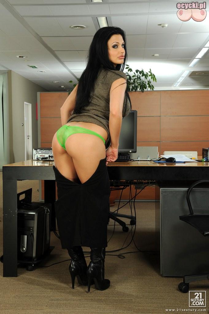 4. sekretarka sciaga spodnice - seksowna brunetka roabiera sie w pracy - pikantne fotki