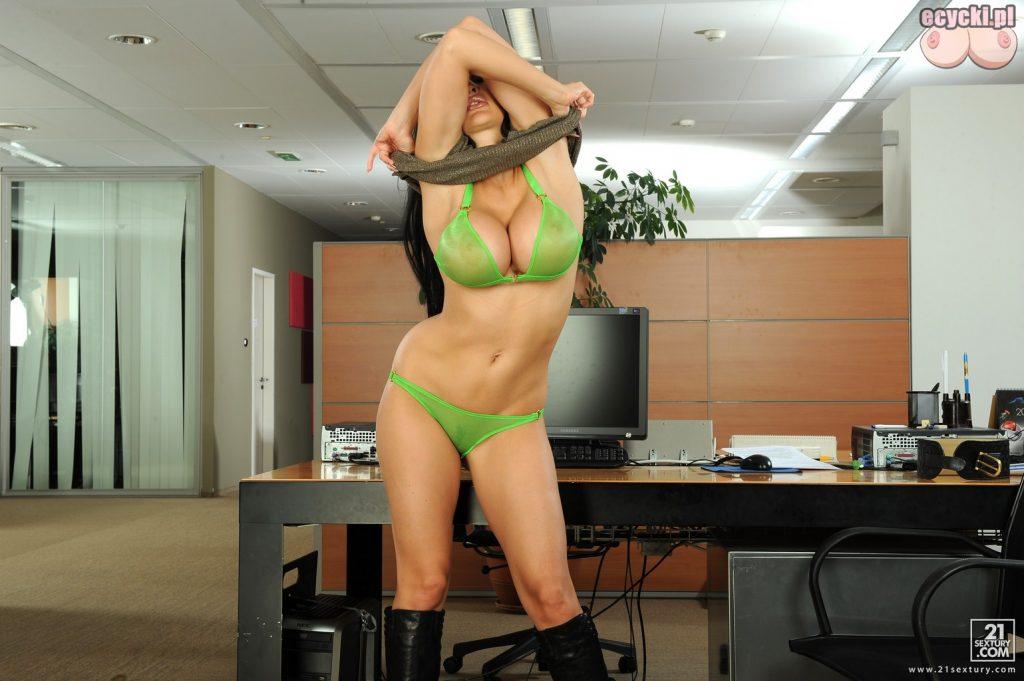 6. striptiz w pracy - seksowna dziewczyna rozbiera sie w biurze - duze piersi zmyslowa bielizna zgrabne cialo zdjecia