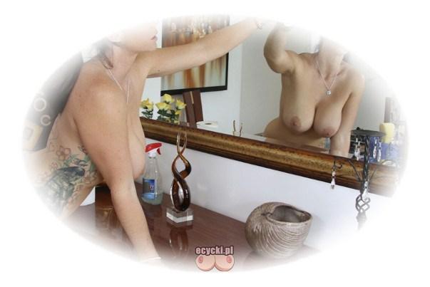 cycki w lustrze - naga cycata laska myje lustro - zgrabna kobieta sprzata w domu nago - nagie sprzatanie i duze piersi - ecycki blog