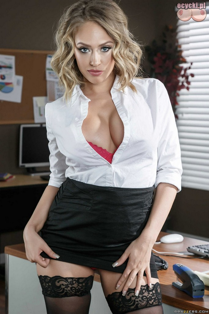 2. Kagney Linn Karter jako seksowna sekretarka - goraca kobieta w biurze - duzy dekolt - elegancka laseczka z klasa seksi zdjecia