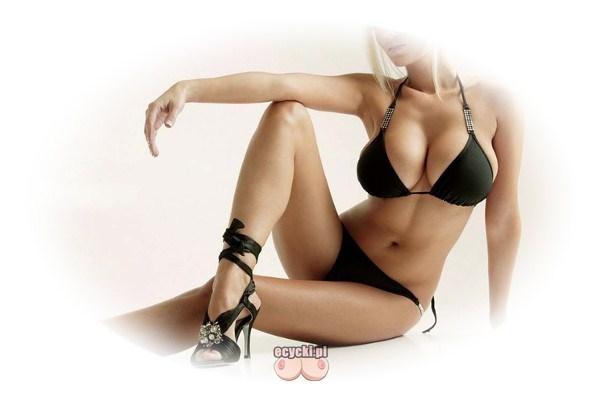 seksowne bikini podkreslajace biust - zgrabna kobieta z duzymi piersiami w czarnym bikini - goraca dziewczyna w stroju kapielowym