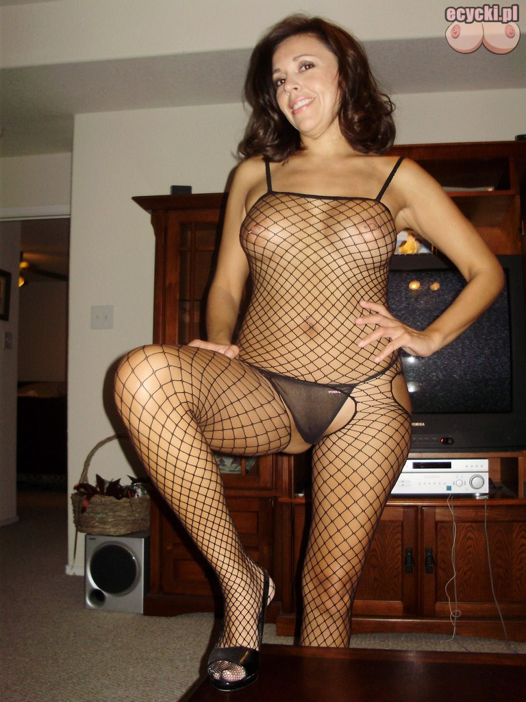 8. seksi zona w sypialni pikantne zdjecia amatorskie dojrzalej brunetki - cycata mamuska kusi meza