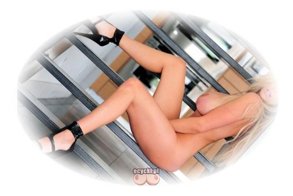 zgrabna laseczka nago - dlugie zgrabne nogi i duze piersi - naga modelka pozuje do zdjec - ponetna blondynka - ecycki blog