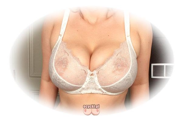 Przeswitujacy stanik na obfity biust bez push up - idealnie ulozone piersi w bialym koronkowym transparentnym staniku - piekno kobiecego ciala